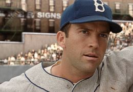 42 - LUCAS BLACK als Pee Wee Reese und CHADWICK...inson
