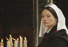 Lourdes - Cecile (Elina Löwensohn) wacht mit strengem...ruppe