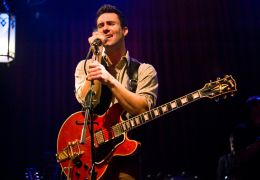 Can a Song Save Your Life? - Dave (Adam Levine) hat's...ch...