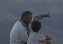 Umrika - Ramas Vater (Pramod Pathak) zeigt seinem...iegt.
