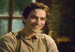 Der neue Hausmeister Lewis Mowbray (BEN CHAPLIN)...rache