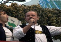 Fabrizio (Alessandro Riceci) singt mit Max (August...m GmbH