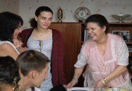 Julia (Alice Houri) mit Schwiegermutter Souad...zouk)