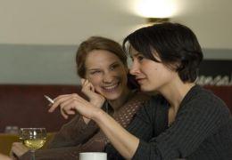 Ruth (CHIARA SCHORAS) und Caro (KARINA PLACHETKA)...ttbus