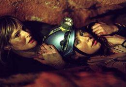Rebecca (Saskia Mulder) und ihre Schwester Sam...öhlen