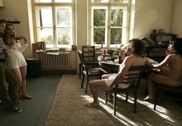 V.l.n.r.: Bennie (Tom Schilling, links) besucht Luzi...wohnt