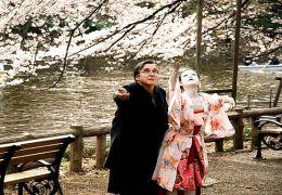 Die Butho-Tänzerin Yu (Aya Irizuki) zeigt Rudi (Elmar...eren.