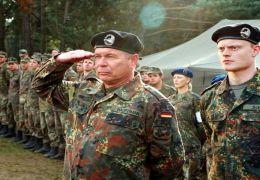Major Hauptmann (Ronald Nitschke) tritt mit seinen...an. -