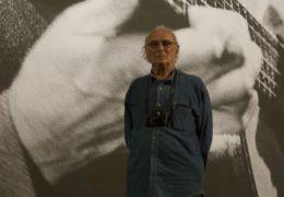 Argentina - Carlos Saura vor der Foto-Projektion von...anqui