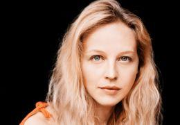 Petra Schmidt-Schaller als 'Amrita' - Sommer in Orange
