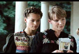 Lilly Vogt (Julie Engelbrecht) und Thea Walden (Klara...'36')