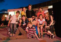 Gruppenfoto am Set mit Regisseur Christian Ditter...ile 2