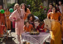 Die WG feiert Lilis Geburtstag (um den Tisch stehend...range