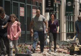 San Andreas - DWAYNE JOHNSON als Ray und CARLA GUGINO...Emma