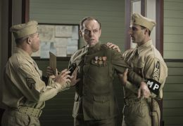 Hacksaw Ridge - Hugo Weaving (Mitte) ist Desmonds...Doss.