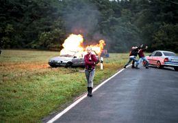 Heil - Doreen (Anna Brüggemann) vor brennendem Auto