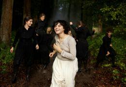 Die Tänzerin - Lo  Fuller (Soko) trainiert mit ihren...Wald