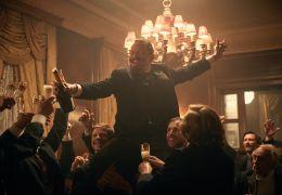 Colette - Willy (Dominic West) lässt sich feiern
