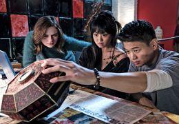 Wish Upon - Clare (Joey King), Gina (Alice Lee) und...nden.