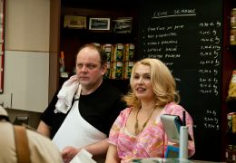 Ein Dorf zieht blank - Gisèle (Lucie Muratet) und...sters