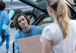 After Passion - Noah (Dylan Arnold) hilft Tessa...heim.