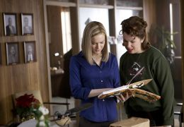 Lucy (Renée Zellweger) betrachtet das...Town'