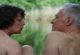 Inge (URSULA WERNER) und Karl (HORST WESTPHAL) beim Baden
