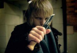 Oskar (K re Hedebrant) probt mit einem Messer, wie er...ehrt.