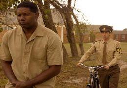 Nelson Mandela (Dennis Haysbert) und James Gregory...halten