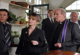 Robert (Rupert Graves), seine Mutter Sandra (Jane...haft.