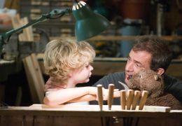 The Beaver - Walter (Mel Gibson) mit seinem jüngsten...art).