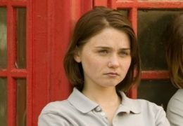 Jessica Barden (links) in Immer Drama um Tamara