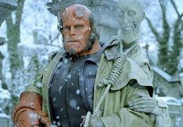 RON PERLMAN als Hellboy in Guillermo del Toros...LLBOY